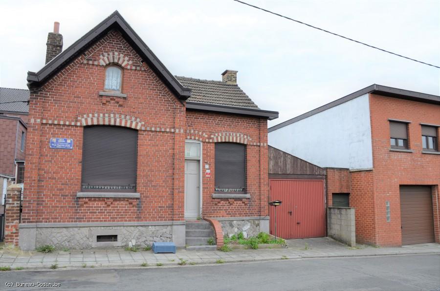 Bureau godin maison entièrement à rénover avec très long garage
